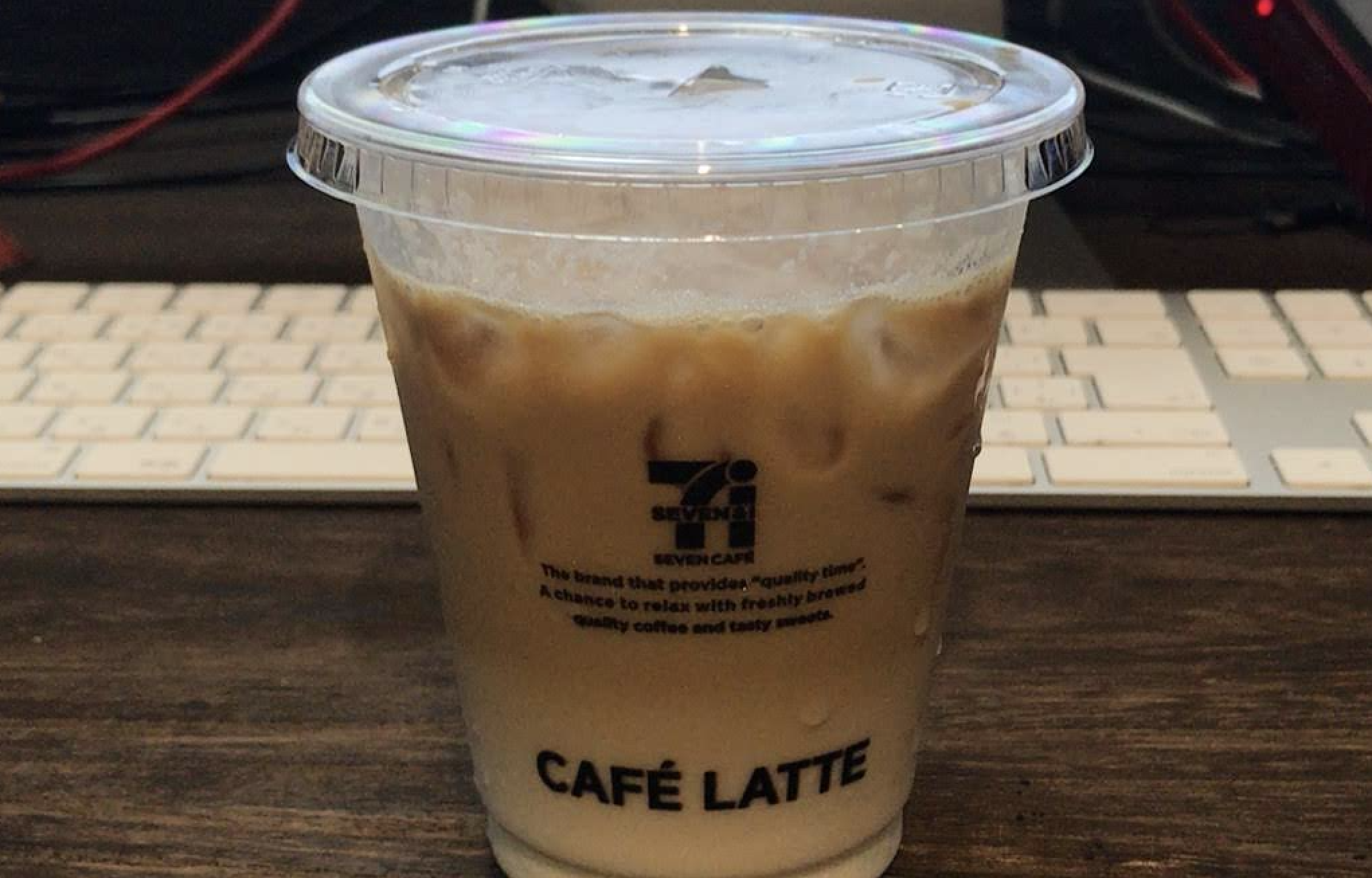 コンビニのカフェラテにコーヒーフレッシュ(ミルクの顔した添加物お化け)を入れてみた。