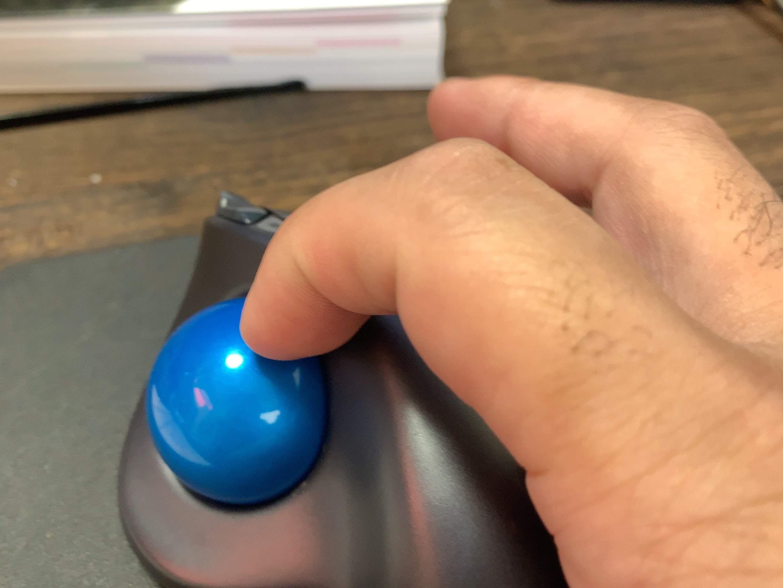 LOGICOOL ワイヤレストラックボール M570tのトラックボールがスムーズに回らない時の掃除方法